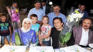 Başkan Yazıcı ve Eşi, İstasyon Mahallesi Sokak İftarında Çiçeklerle Karşılandı