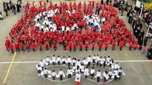 Farabi İlkokulu Öğrencilerinden Dev Türk Bayrağı Gösterisi