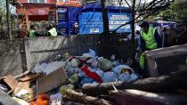 Tuzla'da Bahçesinde 16 Ton Çöp Biriktiren Vatandaş, Çöplerinin Alınmasını Gözleri Dolarak İzledi